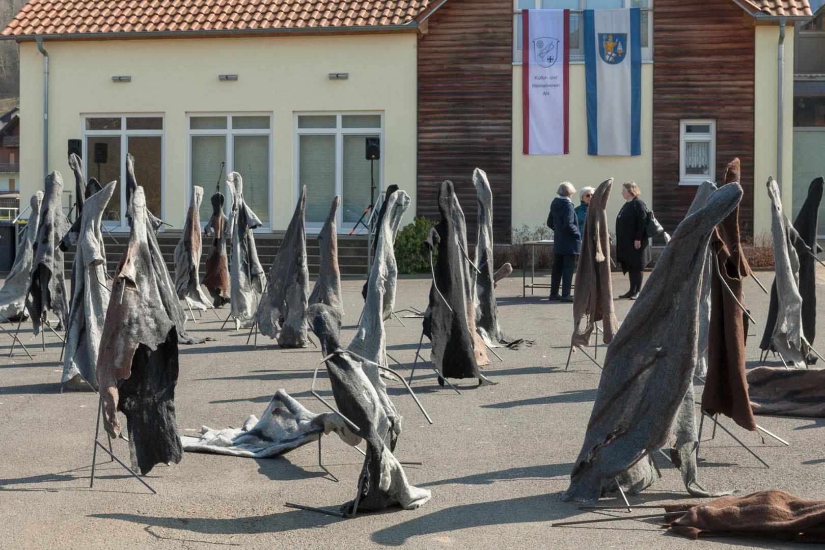Gestalten des Jammers vor dem Dorfgemeinschaftshaus
