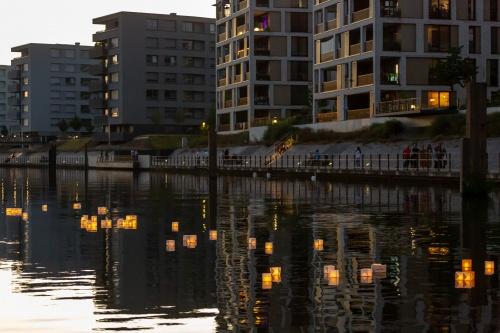 Lampions im Hafenbecken 02