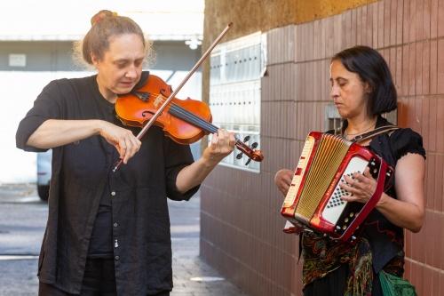 Duo Femvolk (Violine und Akkordeon) vor der Loewenstrasse 5