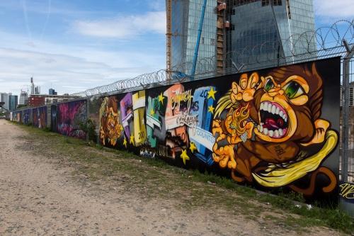 Graffiti am EZB-Zaun