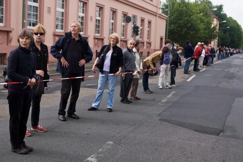 Menschenkette gegen Fluglaerm