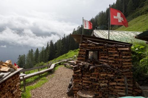 Holzstapel mit Fenster und Flaggen