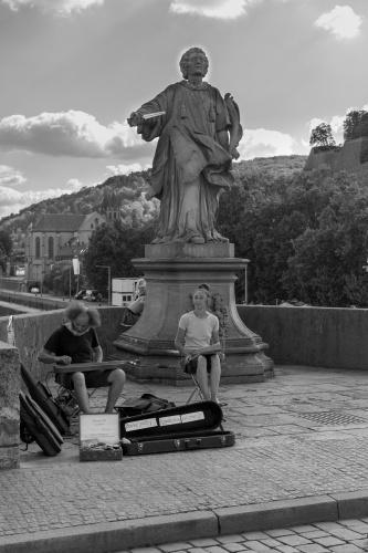 Musiker und Heiliger auf der Alten Mainbruecke Wuerzburg