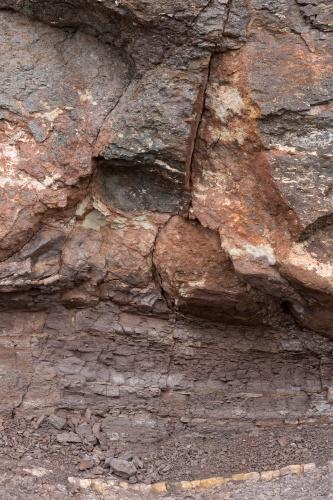 Latidansit und vulkanische Asche