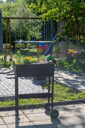 Grill und Spielplatz im Kleingarten