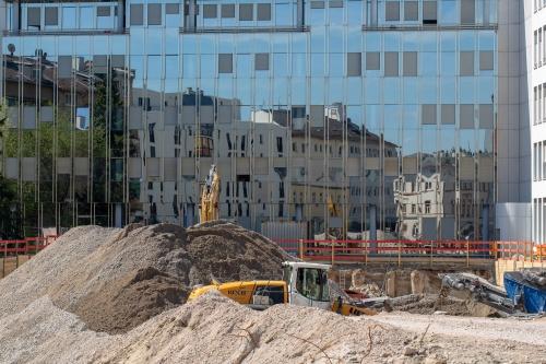Baustellensand vor Glasfassade