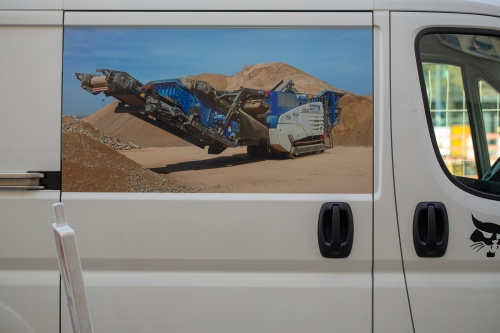 Raupenmobiler Prallbrecher vor Sandbergen