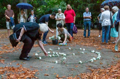 Teilnehmer erweitern das Peace-Symbol 1