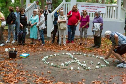 Teilnehmer erweitern das Peace-Symbol 3